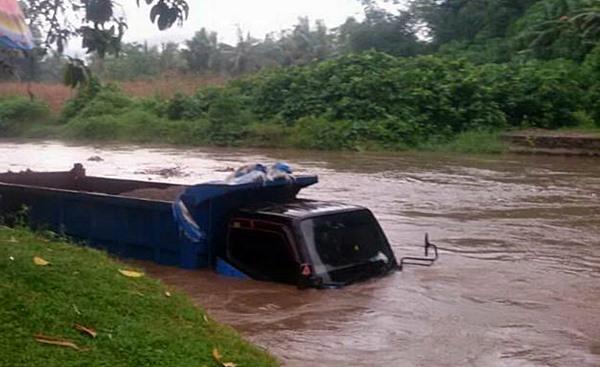 Truk Muatan Pasir Tejebak Luapan Sungai Batang Ulakan