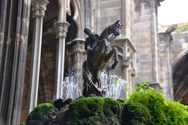 Barri Gotic Barcelona monastery fountain