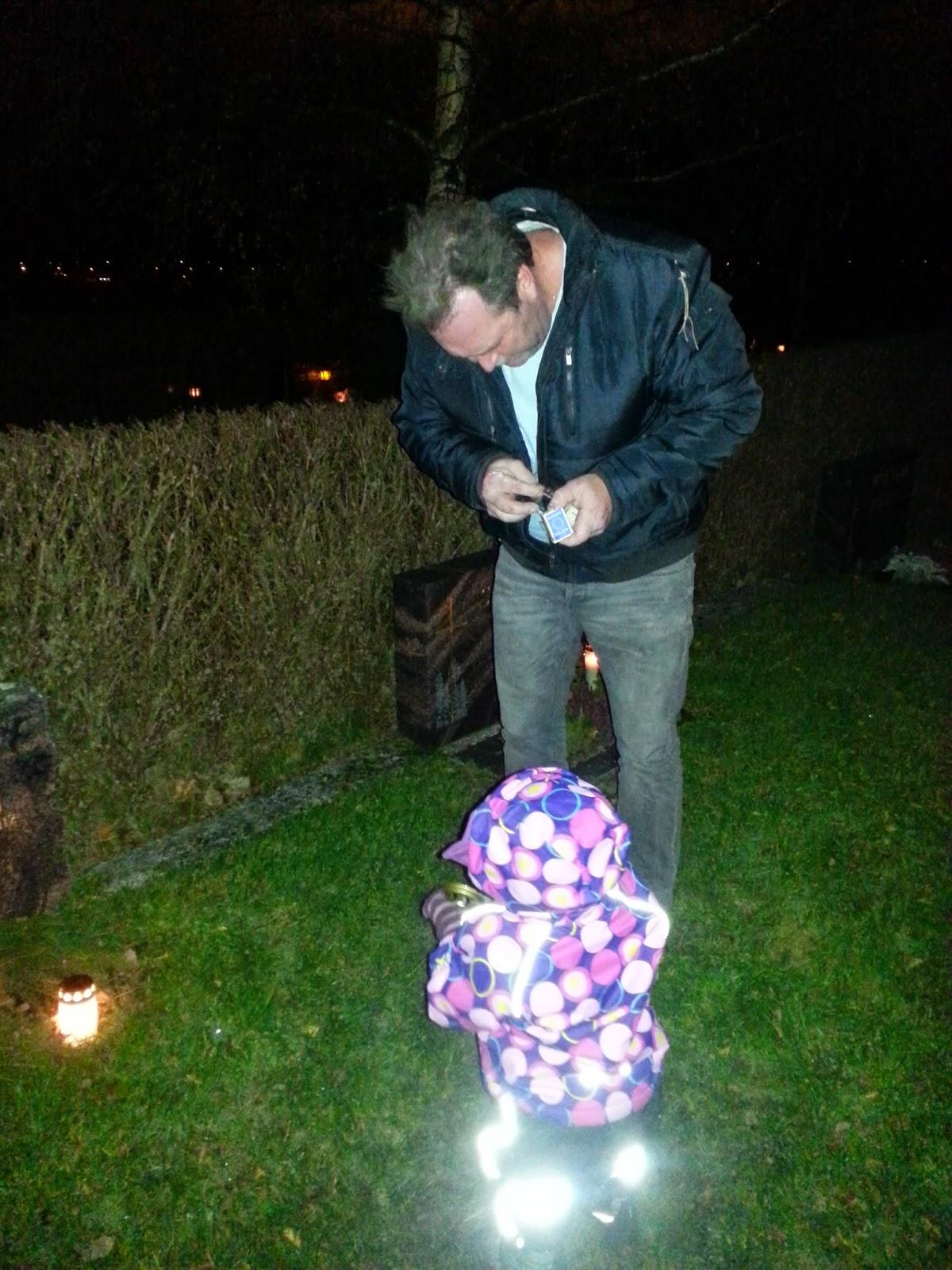 tända ljus på kyrkogården