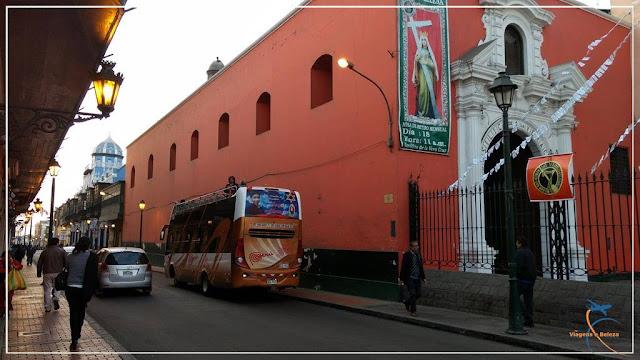 Ponto de partida do nosso ônibus turismo, próximo à Plaza de Armas, em Lima
