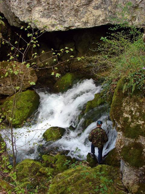 Скалы и водопады вблизи выхода из каньона