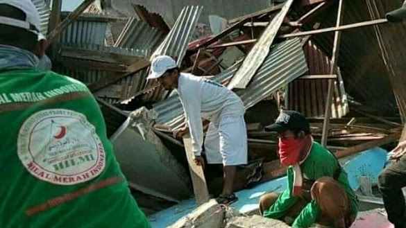 Melihat Militansi Relawan FPI Bantu Evakuasi Mayat Korban Gempa