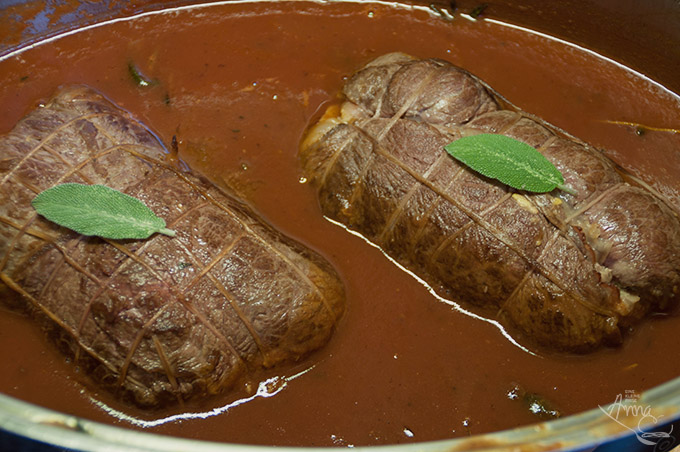 Italienischer gefüllter Rollbraten im Topf