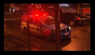 Homem morre e três pessoas ficam feridas em troca de tiros no RJ.