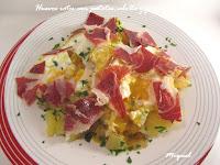 Huevos rotos con patatas, cebolla y con jamón Ibérico