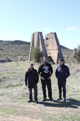 Los guías del CIM de Barruelo frente a un castillete de piedra en Peñarroya
