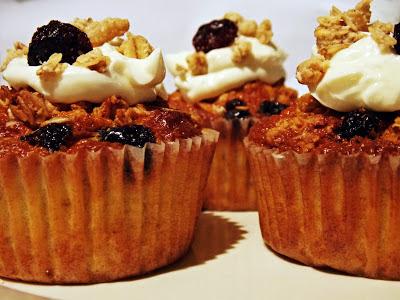 Müsli-Cupcakes mit Joghurt-Topping