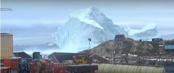 grönland da köye yaklaşan buz dağı