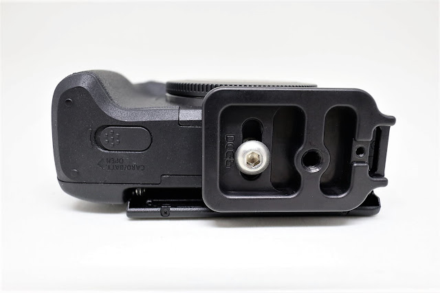 Hejnar D035 QR plate mounted on Canon EOS M3 - bottom view