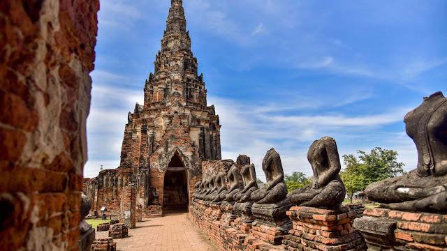 Nhưng cũng có một hình thái kiến trúc khác theo dáng tháp, được gọi là Prang, với chi tiết trang trí cầu kỳ, đa dạng và tinh xảo hơn Chedi. Tại Thái Lan, Prang được xây nên nhiều nhất ở thời kỳ Ayutthaya. Khám phá những tháp Phật theo phong cách kiến trúc Prang đẹp nhất ở Ayutthaya phải kể đến Wat Ratchaburana trong khuôn viên khu công viên lịch sử Ayutthaya, trên đường Chi Kun cạnh Wat Mahathat – ngôi chùa nổi tiếng với hình ảnh gương mặt Phật được cây nuốt đền bao bọc theo thời gian.