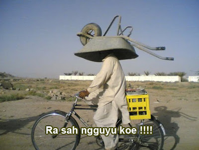 foto naik sepeda bawa alat berat gokil