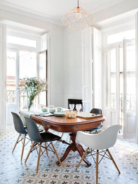Muebles de comedor comedores con mesas clasicas y sillas for Tapices para sillas modernas