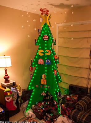 Lustiger ausgefallener Weihnachtsbaum im Wohnzimmer