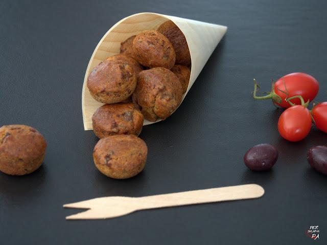 Muffins salados para el apertivo, de anchoas y tomates secos con un toque de olivada y salvia