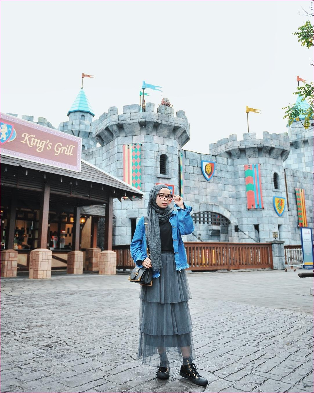 Outfit Rok Untuk Hijabers Ala Selebgram 2018 ankle boots mangset kacamata bulat hitam jaket jeans denim hijab pashmina rawis rok semi sheer lined skirt abu sedang handbags biru tua ootd trendy