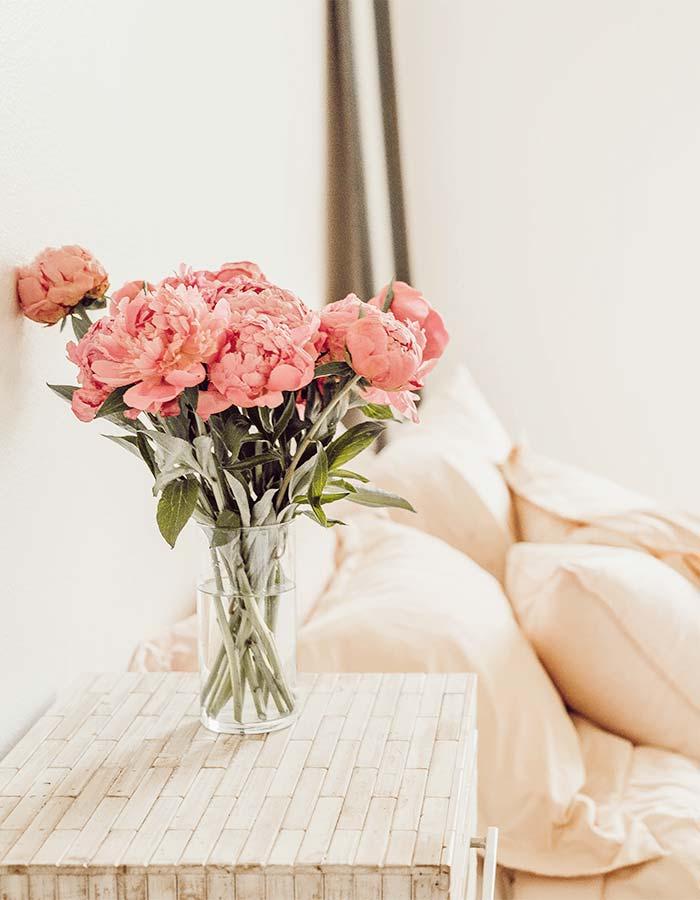 Inspiração de decoração de quarto com um grande buquê de flores