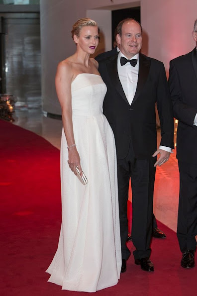 Prince Albert and Princess Charlene at a cocktail. Prenses wore Akris silk dress in white