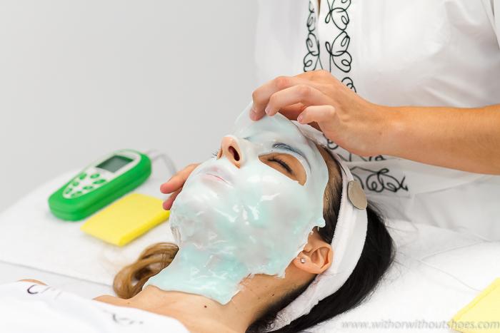 aplicacion mascarilla facial con corriente eléctrica para que haga un mejor efecto