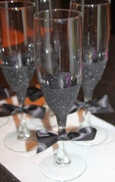 WDW (WEDDING DAY WEEKLY ) BLOGGING FOR BRIDES: DIY Black Glitter Champagne Glasses