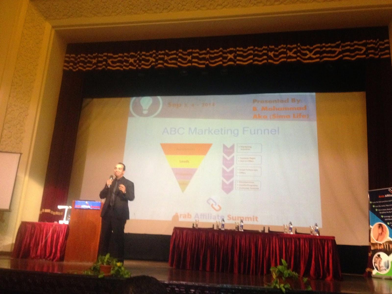 وبدا سيمو لايف حديثه عن ABC marketing funnel ثم تحدث عن مواقع PPV ads مثل Leadimpact واستهداف المواقع المنافسه .