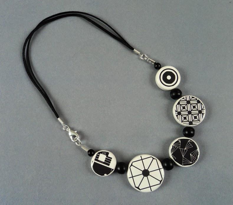 collier contemporain avec perles rondes dessins en noir et blanc