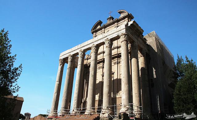 Templo de Antonino e Faustina, no Fórum Romano, Roma, Itália