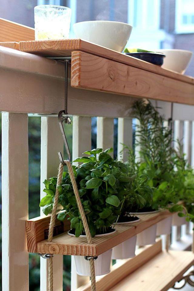 Sistema para colgar plantas aromáticas en la barandilla del  balcón a varias alturas