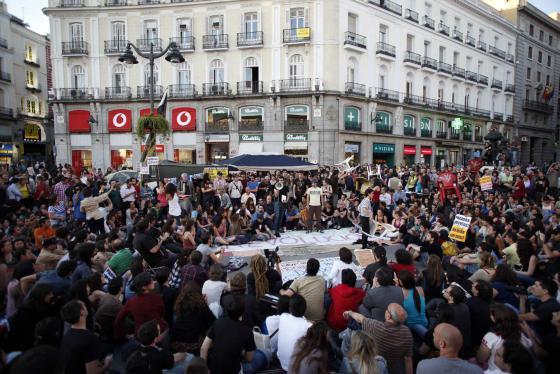 https://2.bp.blogspot.com/-FvYa5RYZjEw/TdqwZ5zyFRI/AAAAAAAABB8/bKbMhEw8AkQ/s1600/fcb2a_Movimiento_15-M_vuelve_llenar_Puerta_Sol_Madrid.jpg
