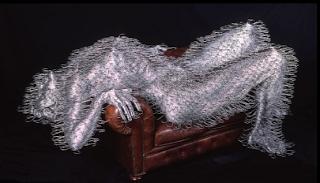 Escultura con ganchos de ropa reciclados