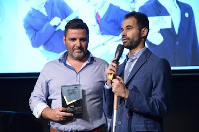 Ο Βαγγέλης Αυγουλάς και ο Μιχάλης Δρακάκης με το βραβείο του radio Family