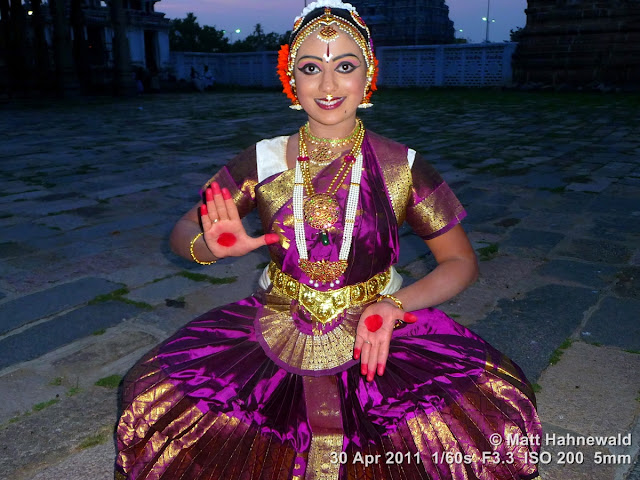 preople, portrait, India, Tamil Nadu, Chidambaram, temple, temple dance, Thaniya Kanaka Mahalakshmi, Thillai Natarajah Temple, carnatic recital, bharathanatyam, dance pose, costume, performer, body language, eye movements, stylised gestures, posing, beautiful