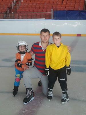 дети 4 и 6 года катаются на конька