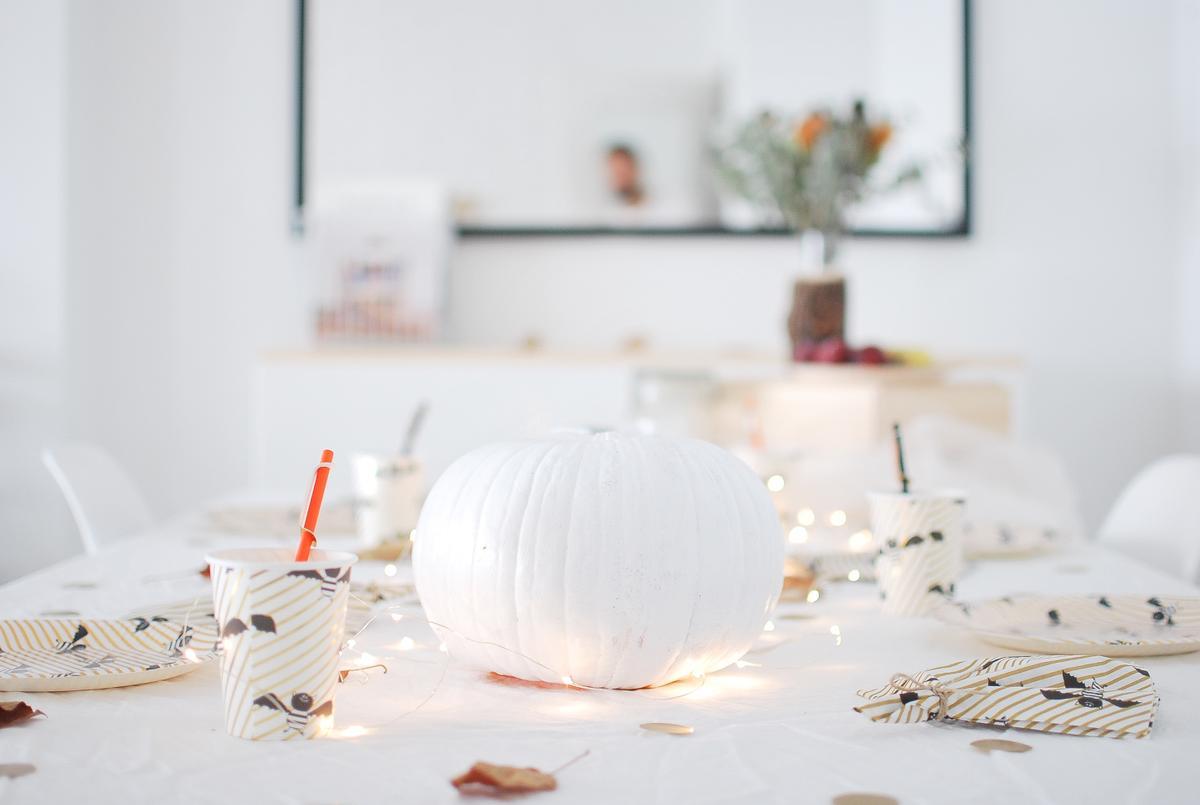 como decorar tu mesa halloween con calabazas, guirnaldas y tonos blancos