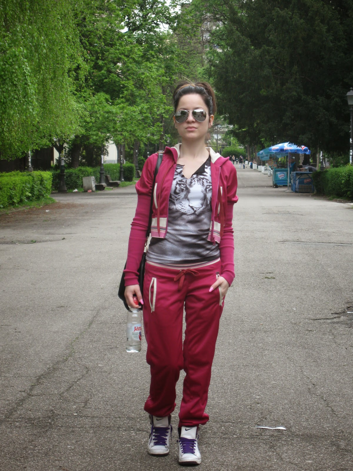 dark fuchsia color tracksuit, rang tracksuit, sporty chic, sportswear, aviator sunglasses, white nike sneakers, black and white tiger top, black tote bag