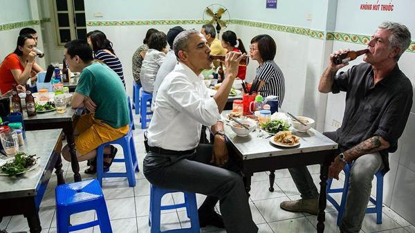 Gaya Santai Presiden AS Obama, Ngebir dan Makan Babi Panggang di Warung Kecil Vietnam