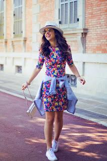 Cómo combinar un vestido estampado en un look casual