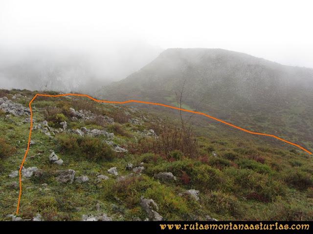 Ruta de las Xanas y Senda de Valdolayés: Descenso de Peña Rey a la laguna