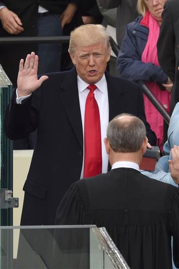 afa31ad79cf22 Donald Trump Washington'da görkemli bir törenle yemin edip ABD'nin 45'inci  başkanı olarak göreve başladı.
