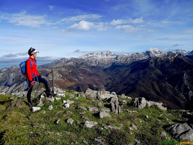 Vistas a Picos de Europa y Peña Santa desde la cima del Niajo.
