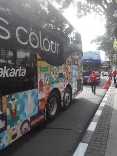 Bus tingkat wisata sedang diparkirkan di depan gedung Balaikota