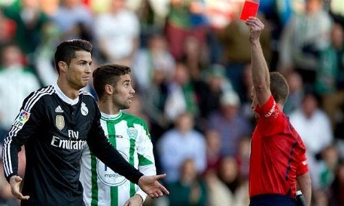 Ronaldo nhận thẻ đỏ  do sút thẳng vào  mặt  đối  phương