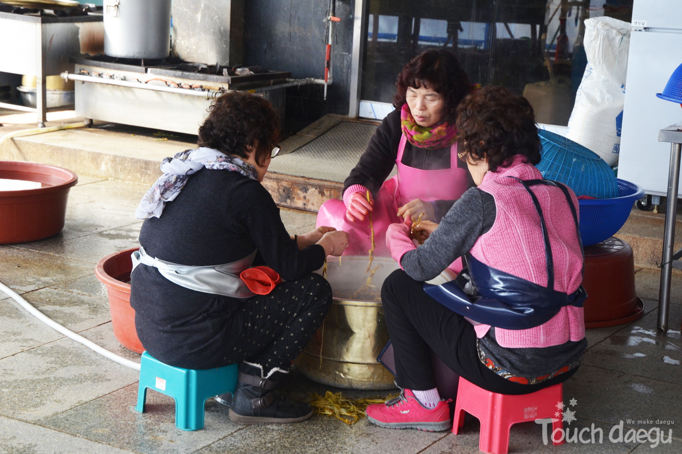 The female Buddhist(volunteers) prepare breakfast for the temple stay participants