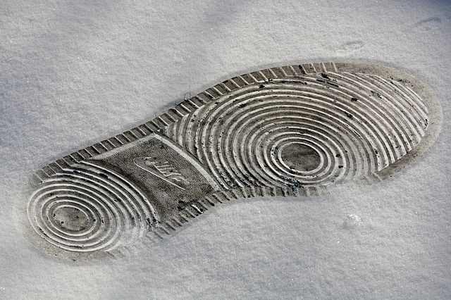 ナイキスニーカーの雪の足跡