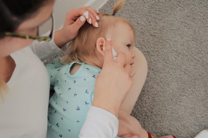 Czyścisz uszka dziecka patyczkami? Sprawdź, czym to grozi i poznaj inny sposób higieny!