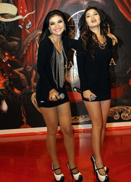 Foto-foto cewek cantik Gina Youbi dan Natha Narita - Duo Racun