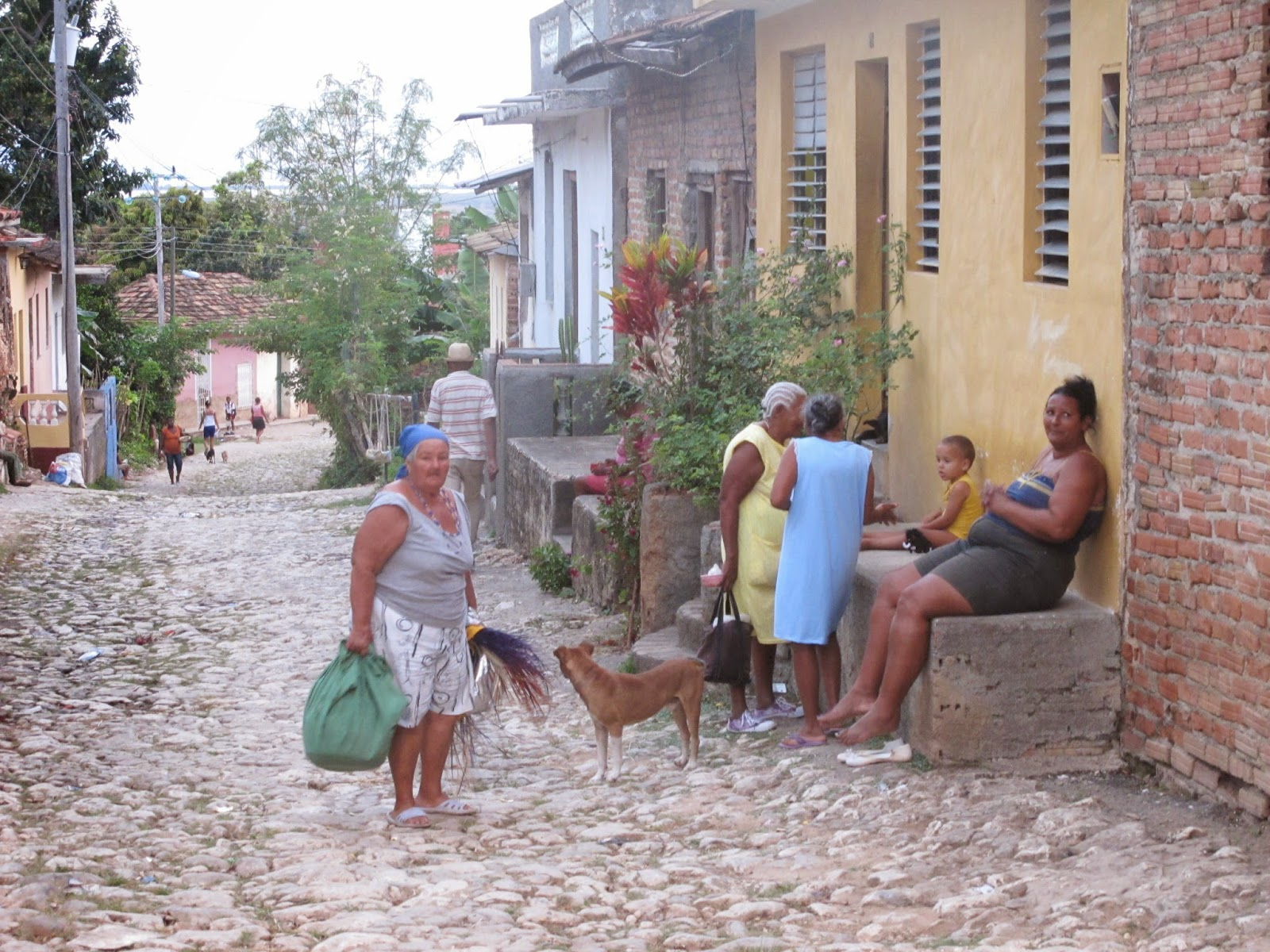 Nativos em ruas fora do Centro histórico de Trinidad, em Cuba.