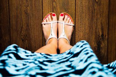 perempuan bersepatu merah di kota pati