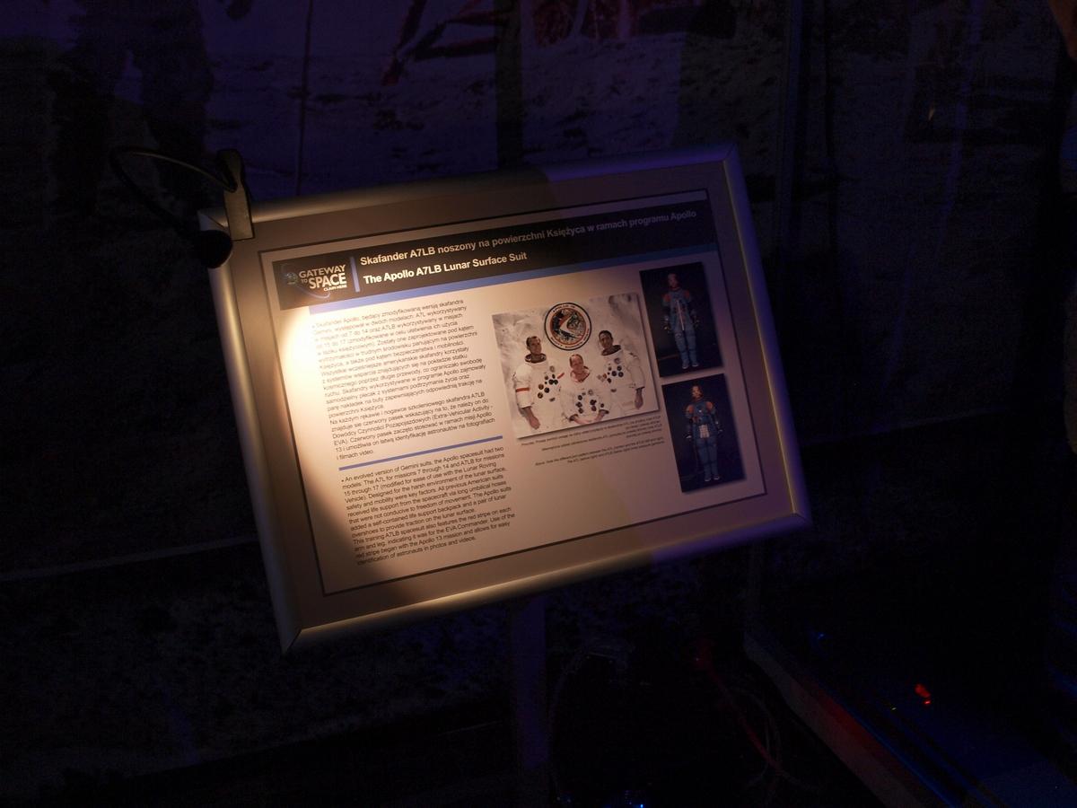 Przykładowa tablica informacyjna, tu poświęcona ekspozycji skafandra A7LB wykorzystywanego podczas spacerów księżycowych programu Apollo | Fot: polskiastrobloger.pl