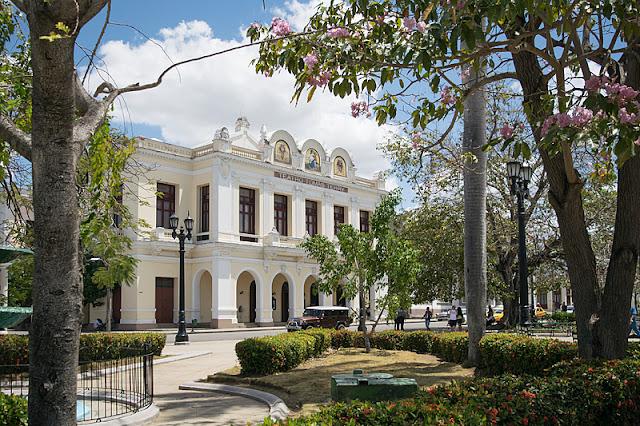 Le théâtre Tomas Terry en bordure du parc José Martí dans le centre de Cienfuegos