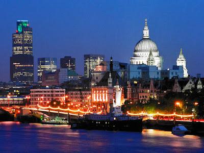 "Sejarah Kota London     Kota London merupakan salah satu kota metropolis yang besar di dunia. Dengan luas wilayah 1554 km2 dan jumlah penduduk 8 juta jiwa. Kota ini termasuk kota yang sibuk dan padat. Gedung-gedung pencakar langit, perkantoran, serta pusat-pusat perbelanjaan memenuhi kota ini. Asal-usul kota ini adalah dari sebuah batu peninggalan sejarah. Berdirinya kota London di awali dari adanya sungai Thames. Dengan adanya sungai ini merupakan awal mulanya peradaban kota London di bentuk. Dengan panjang 204km dan kedalaman 24m, sungai Thames berupakan sungai yang membentang membelah kota London serta menghubungkan kota London dengan dunia. North bank adalah nama jembatan yang pertama dibuat untuk menghubungkan kota London yag terbelah sungai thames.  Lalu berdiri pula London bridge yang disebut juga dengan ""city on a bridge"". Namun karena keberadaannya menghalangi kapal-kapal yang melewati sungai thames maka pada tahun 1831 jembatan ini dirubuhkan dan diganti dengan jembatan yang dapat dibuka tutup ketika kapal lewat menggunakan teknologi hidrolik yaitu Tower bridge. Sampai saat ini ada 30 jembatan yang berdiri diatas sungai thames. Walaupun membawa banyak kemakmuran bagi rakyat London, namun sungai ini juga membawa banyak musibah. Air pasang dan surutnya serta angin atlantis yang bertiiup"